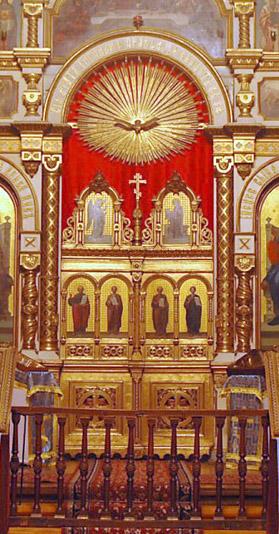 Образ Духа Святаго над царскими вратами иконостаса