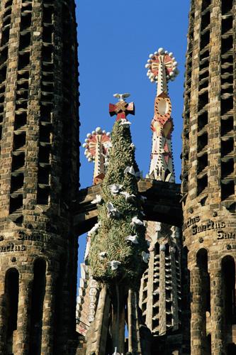Птицы – души христиан на башнях собора Саграда Фамилия в Барселоне