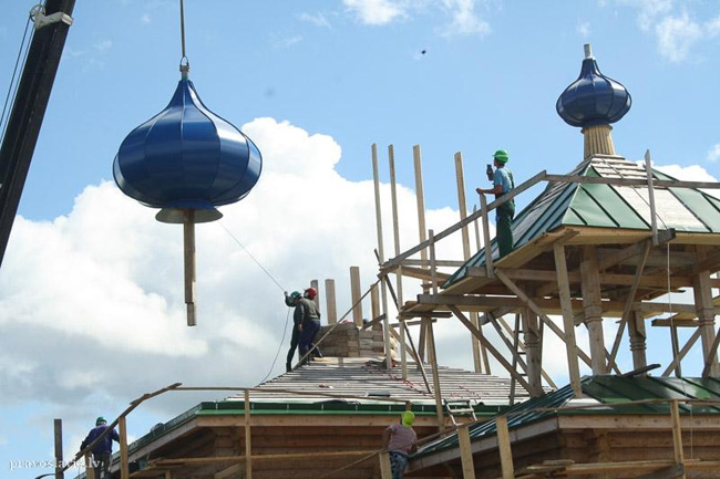 Монтаж главы. Церковь Успения Пресвятой Богородицы в Балви, Латвия