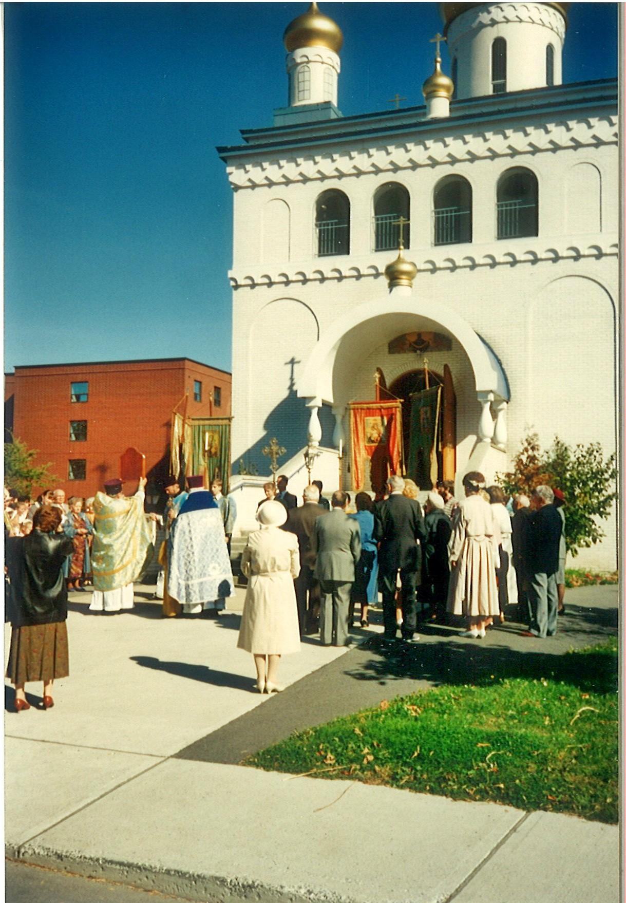 Покровская церковь в 90е годы; слева виден Русский Дом, Канада