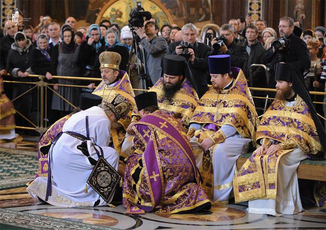 Патриарх Кирилл омывает ноги клирикам РПЦ