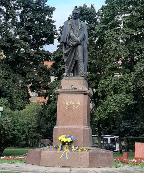 Памятник Тарасу Шевченко в Петербурге в день независимости Украины