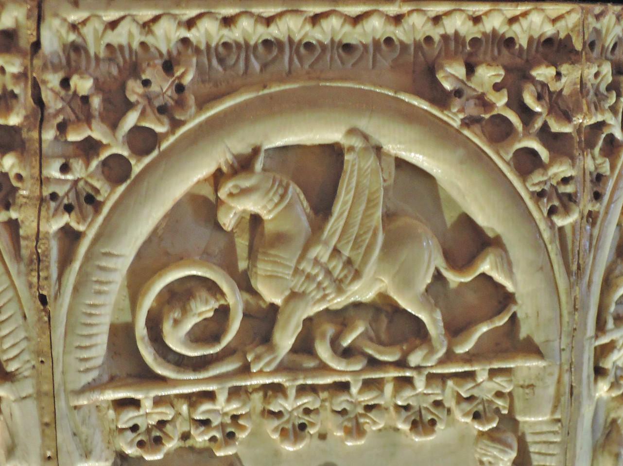 грифон со змеей
