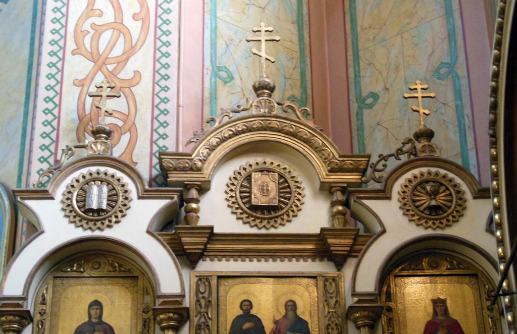 Лучи умственного света на завершении пристенных киотов иконостаса в храме Всех Святых в Риге