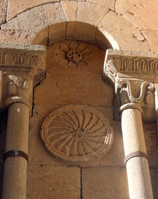 «Небесная круговерть» на стене романской церкви
