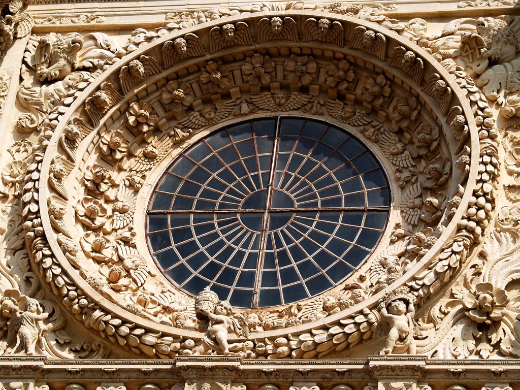 образ непрестанного хоровода небесных сил вокруг Бога-Света на фасаде церкви