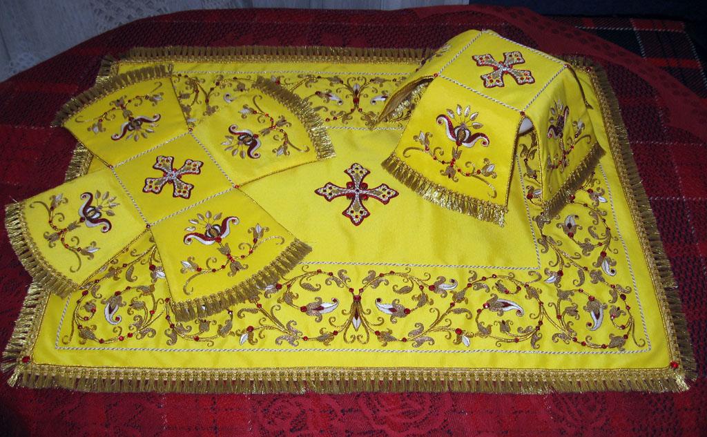 Растительный орнамент и камни-стразы на литургическом комплекте. Церковная вышивка
