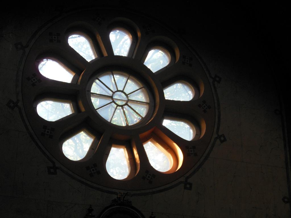 «Хоровод святилища» – круглое окно в интерьере православного храма