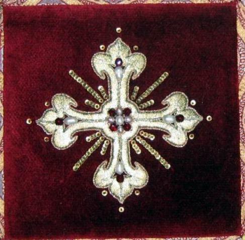 От креста «лучи неяркие и сияющие с избытком». Церковная вышивка.