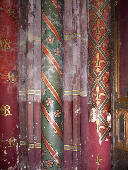 Спиральное движение на колоннах акцентировано покраской в соборе Нотр-Дам в Брюгге
