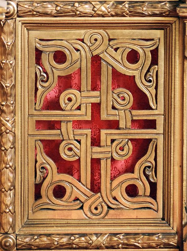 Круговерть на филенке царских врат иконостаса в церкви