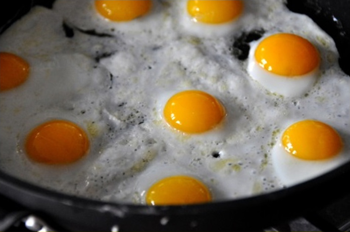 Семицкая обрядовая трапеза: яичница и хлебный каравай