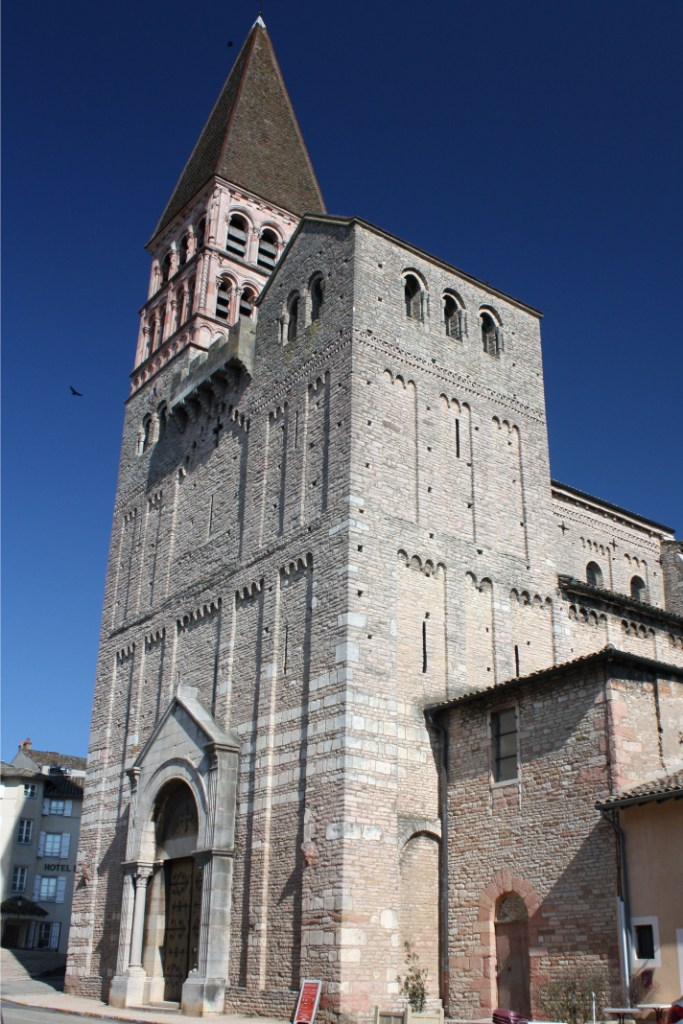 фасад романского собора Св. Филиберта в Турню
