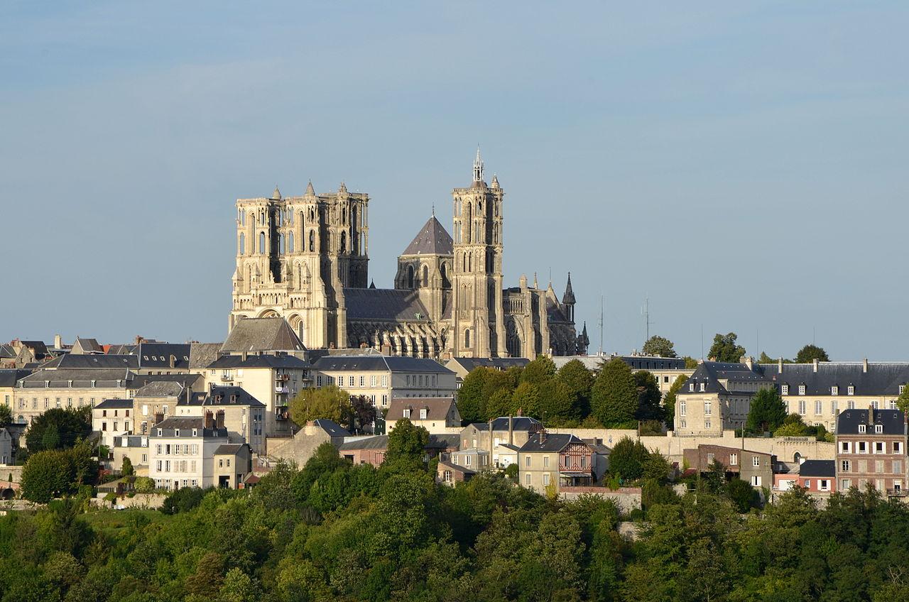 Ланский собор расположен на холме и виден издалека на фоне города