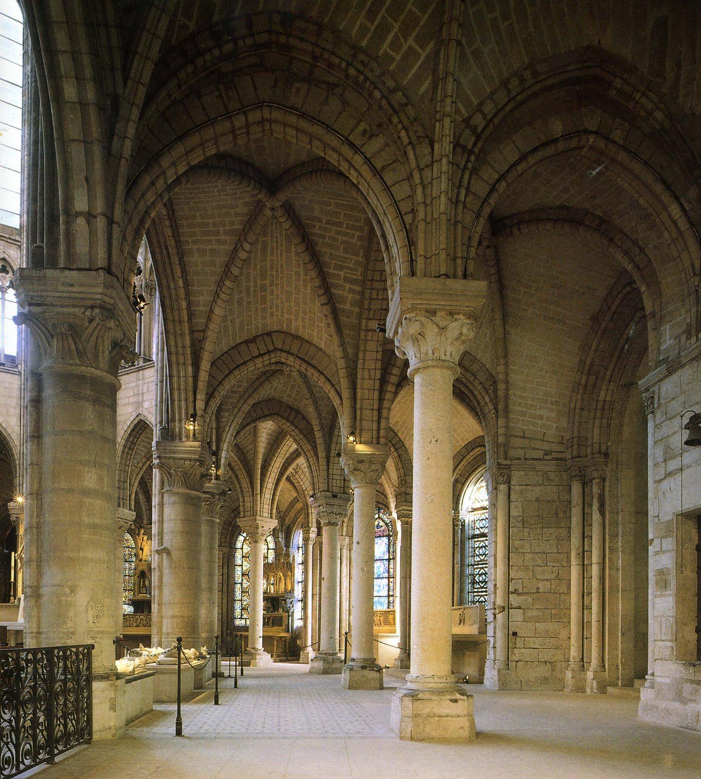 Знаменитая колоннада деамбулатория апсиды в Сен-Дени