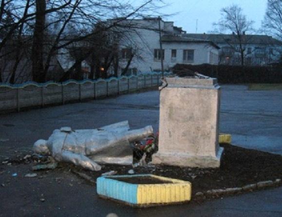 Уронил памятник - страна посыпалась