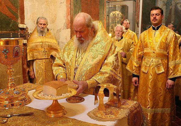 Священник возглашает: Святая святым